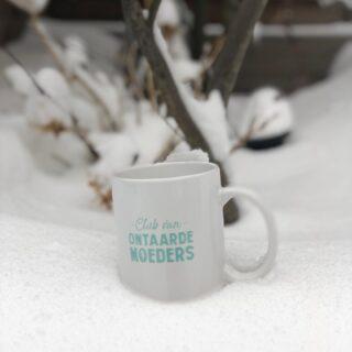 Deze mok vraagt om warme chocolademelk met slagroom!!! (en een scheutje van iets😬) Mok hebben? Ga naar de shop via #linkinbio!  #letitsnowletitsnowletitsnow #winterwonderland #sneeuwpret #sneeuw #sneeuwballengevecht #sleetjerijden #warmechocolademelkineenkoffiemok #warmechocolademelkmetslagroom #warmechocolademelk #koffiemok #mok #clubvanontaardemoeders